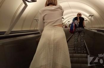 Блондинка с тампоном на эскалаторе метро
