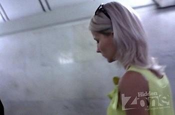 Крашеная блондинка засветила попу под летним платьем