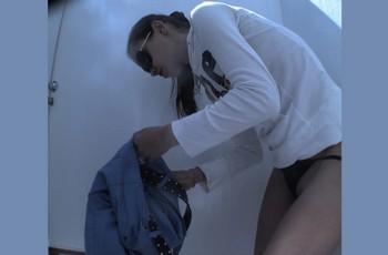 Молодая девушка переодевается перед объективом скрытой камеры
