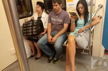 Под платьем у женщины в метро