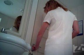 Девушка без трусов в туалете