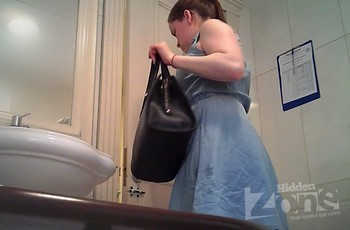 Девушка с молодой попой писает в туалете