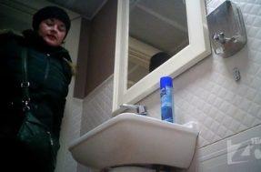 Камера подсматривает в женском туалете