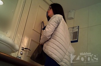 Писающая брюнетка в туалете