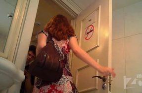 Возбуждающее видео с рыжей девушкой в туалете
