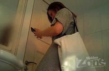Скрытая камера в женском туалете близко