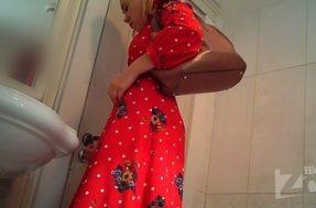 Девушка в красном платье в туалете