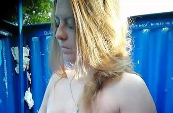 Голые сиськи в пляжной кабинке