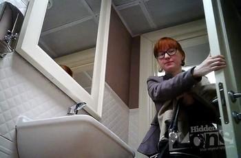 Очкастая в туалете