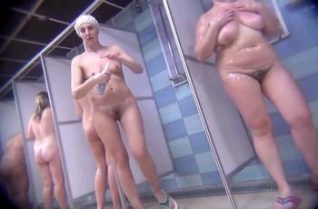 Скрытая камера моющихся женщин в душе