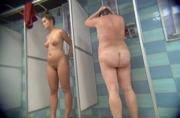 Скрытая камера снимает обнаженную девушку в душе