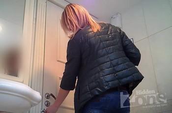 Скрытые камеры в русском женском туалете