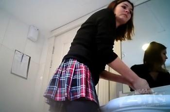 Девушка в короткой юбке в туалете