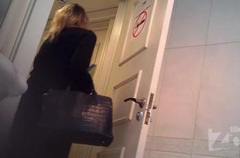 Голая мадам в туалете