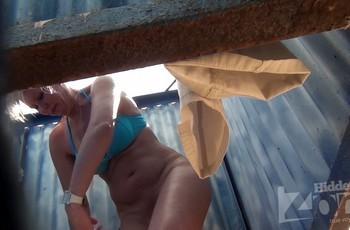 Мамка вставляет тампон в кабинке на пляже