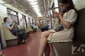 Подглядывание под платье в метро