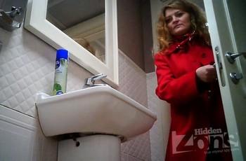 Русская женщина в туалете