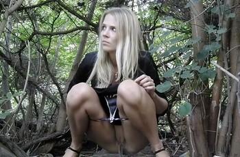 Женский писс в кустах