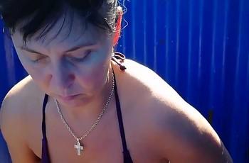 Зрелая баба в пляжной кабинке