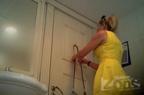 Блондинка в коротком платье посещает туалет