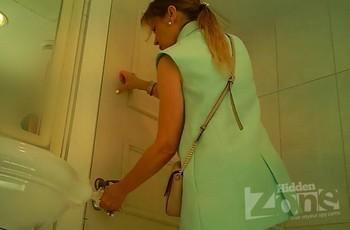 Дамочка писает в общественном туалете