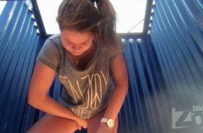 Молодая девушка вставляет тампон в писю