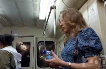 Под платьем у девушки в метро