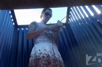 Подглядывание в кабинке для переодевания на пляже