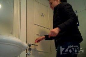 Девка сикающая в туалете