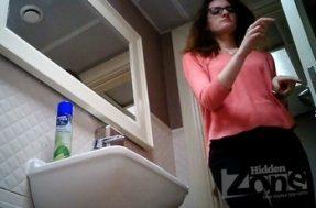 Очкастая ссыт в туалете