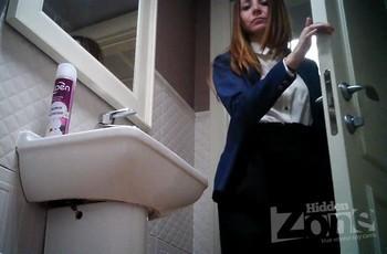 Пися с тампоном в туалете