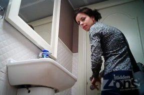 Девушка меняет тампон в туалете