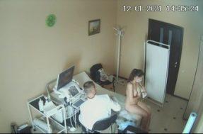 Девушка раздевается полностью у врача