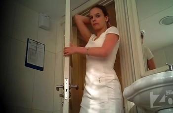 Девушка сняла колготки в туалете