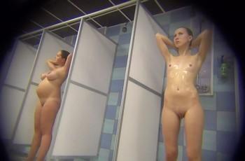 Красивая голая девушка в душе