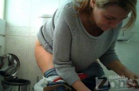Женщина снятая скрытой камерой в туалете