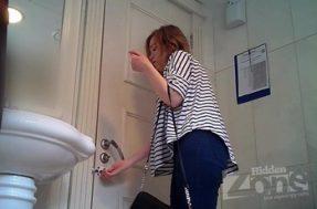 Девушка с прокладкой в туалете