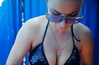 Секси телка в пляжной кабинке