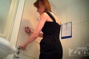 Скрытая съемка девушки в туалете