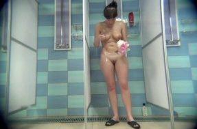 В душе женщина моется на камеру