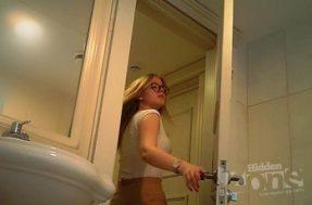 Засвет бритой письки в туалете