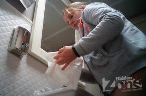 Беременная писает в туалете