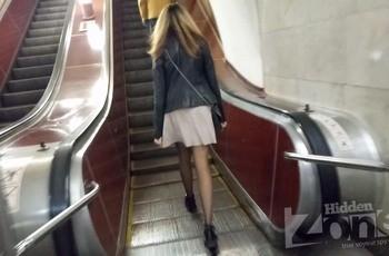 Чулки под юбкой в метро