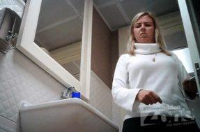 Девка ссыт в общественном туалете