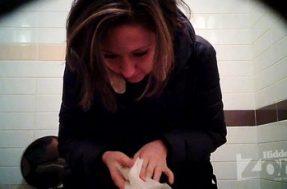 Камеры в туалете снимают писающую бабу