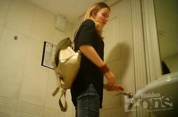 Писсинг русской студентки в туалете