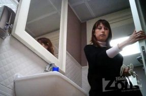 Подтирает писю в туалете