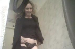 Русская в чулках закрылась в туалете
