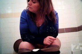 За голой бабой подсматривают в туалете
