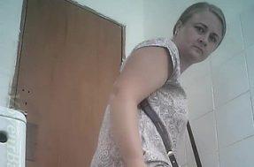 Женщина в туалете поликлиники